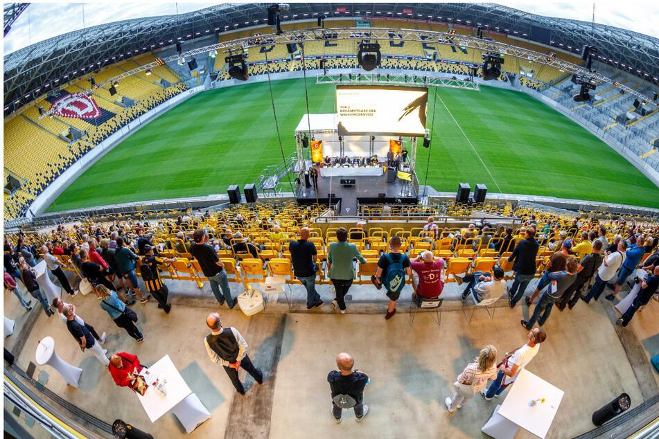 Schickes Ambiente: 324 stimmberechtigte Dynamo-Mitglieder kamen gestern Abend zur außerordentlichen Mitgliederversammlung ins Rudolf-Harbig-Stadion.