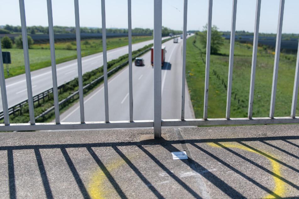 Wiederholt soll der Angeklagte Stein von Autobahnbrücken geworfen haben. (Symbolbild)