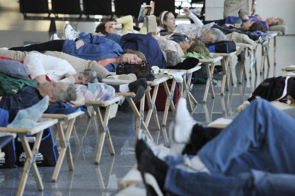 Schnee-Chaos! Mehrere Hundert Passagiere müssen am Flughafen schlafen