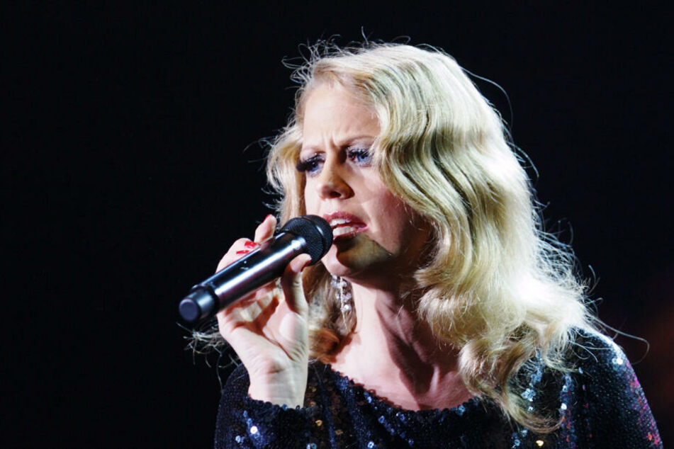 Barbara Schöneberger singt in ein Mikro. (Archivbild)