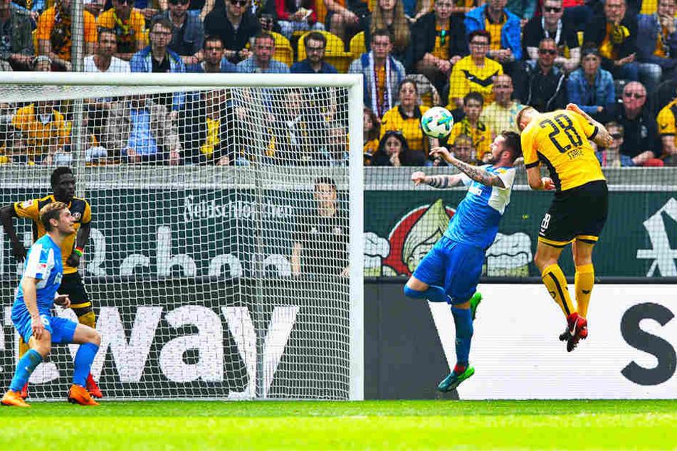Hier hätte Marcel Franke (r.) seinen Fehler wiedergutmachen können. Zwei Minuten nach seinem verschuldeten Elfmeter brachte er diesen Kopfball aber nicht im Tor der Kieler unter.