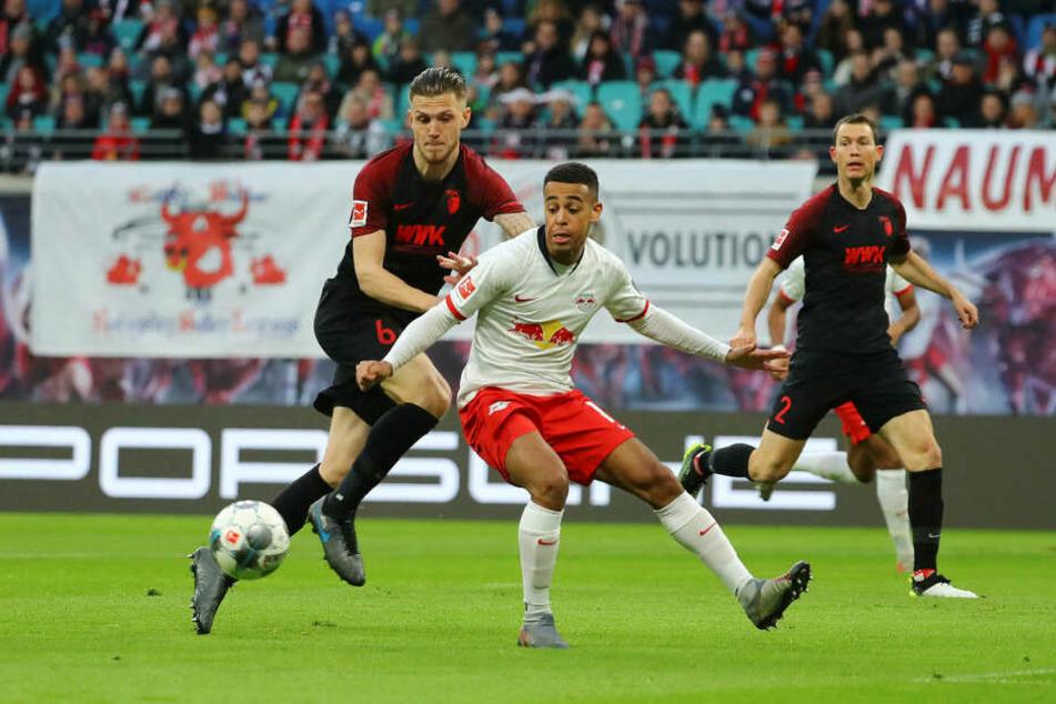 Nach siebenmonatiger Leidenszeit stand Tyler Adams (M., gegen Jeffrey Gouweleeuw) gegen den FC Augsburg am 21. Dezember 2019 wieder auf dem Feld.