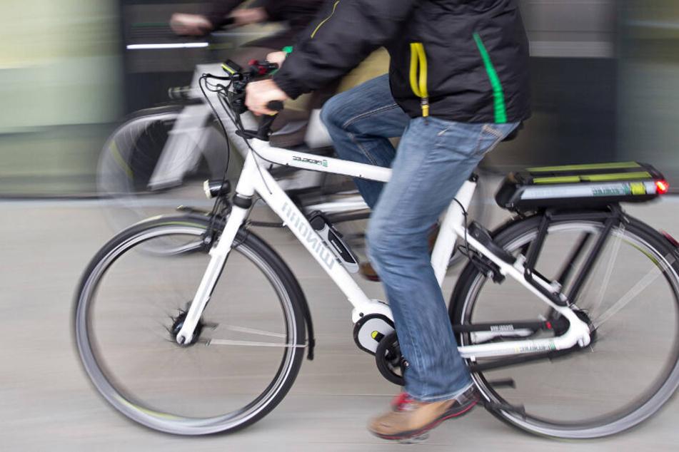 Orientierungslos irrte der Senior mit seinem weiße E-Bike durch die Nacht. (Symbolbild)