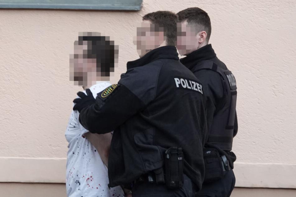 Der 25-Jährige wurde offenbar von der Polizei überwältigt und den Rettungskräften übergeben.