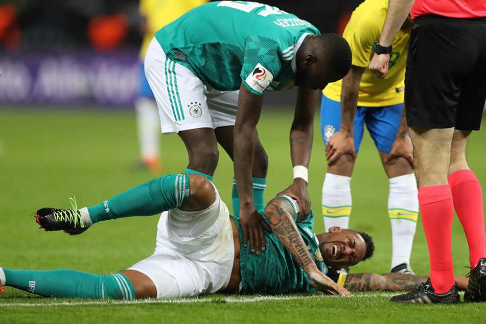 Jerome Boateng liegt verletzt am Boden.