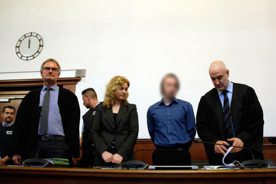 Der Angeklagte Sergej W. (2.v.r) neben seinen Verteidiger Christus Psaltiros (r) und Carl Heidenreich (l).