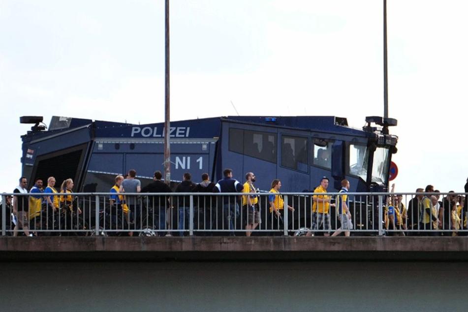 Die Polizei begleitete die anreisenden Braunschweigfans mit einem Wasserwerfer.