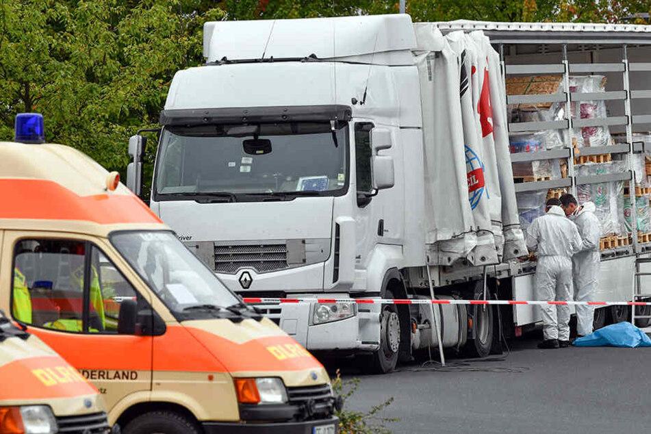 Der Lkw, auf dem 51 Menschen nach Deutschland geschleust wurden, wurde von der Bundespolizei in Frankfurt (Oder) untersucht.