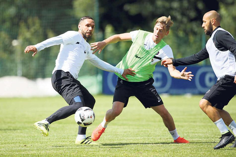 Alter schützt vor Einsatz nicht: Christian Tiffert (l., gegen Björn Kluft und Philipp Riese) kniet sich auch mit seinen 34 Jahren im Training voll rein.