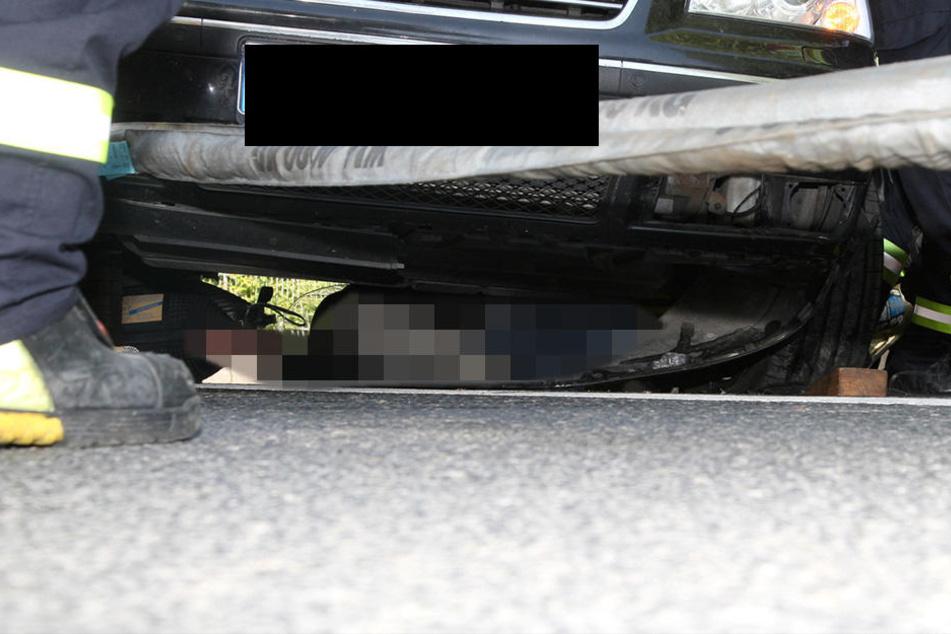 Der 50-jährige Biker lag etwa eine halbe Stunde unter dem Auto.