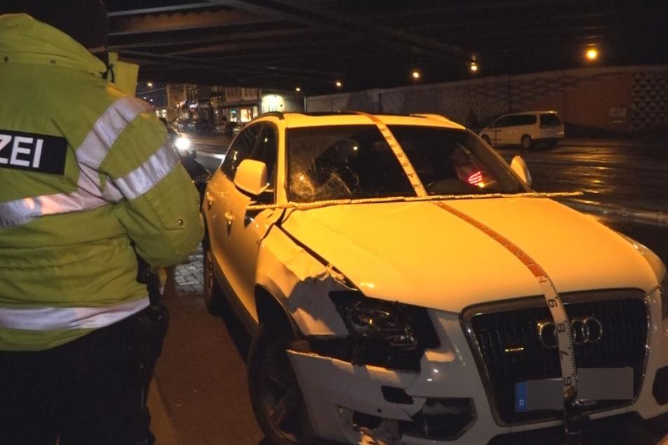 Die Spuren des tödlichen Unfalls sind am Audi deutlich erkennbar.