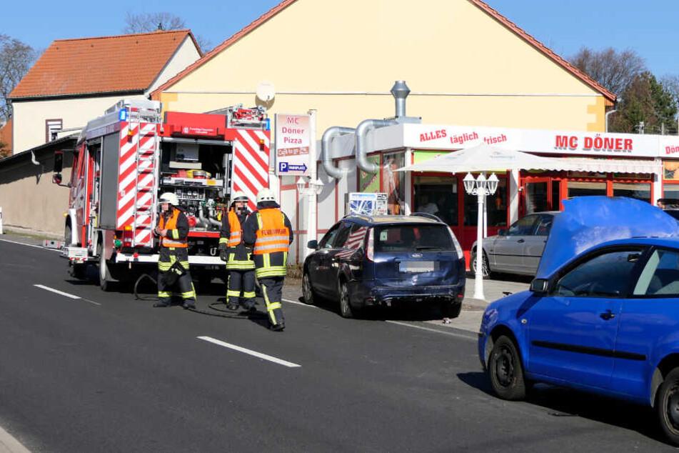 Die Kameraden der Hohnstädter Feuerwehr löschten den Brand endgültig und reinigten die Fahrbahn.