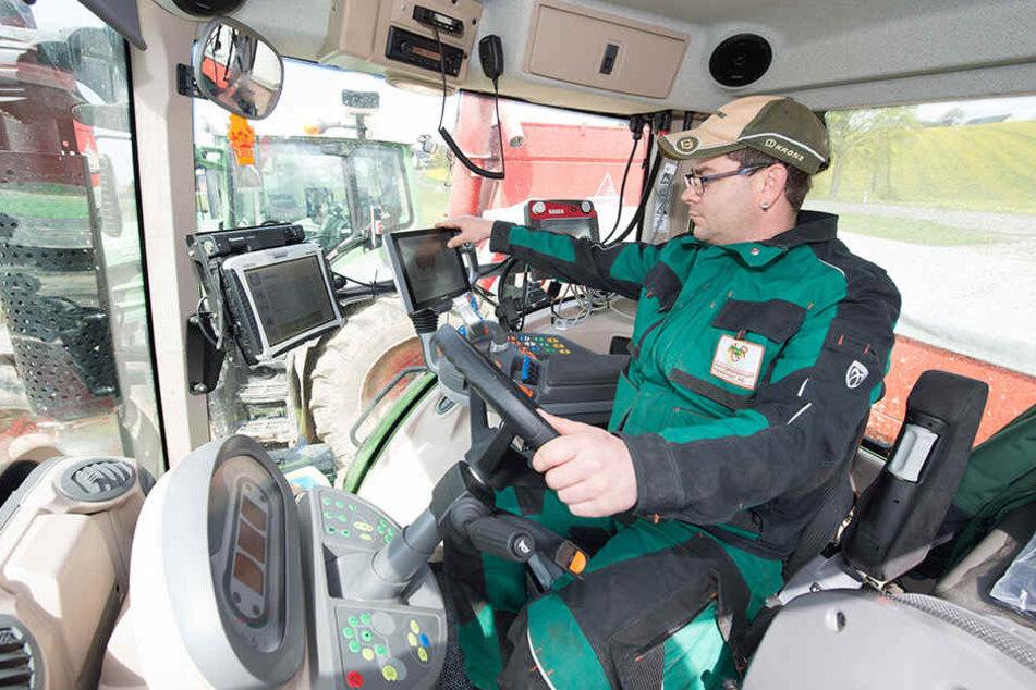 Landwirt Jens Legler bedient die Monitore in einem GPS-gesteuerten Traktor.