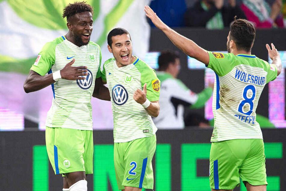 Das war die 1:0-Führung: Wolfsburg-Torschütze Divock Origi (l.) wird von William (m.) und Renato Steffen (r.) beglückwünscht.