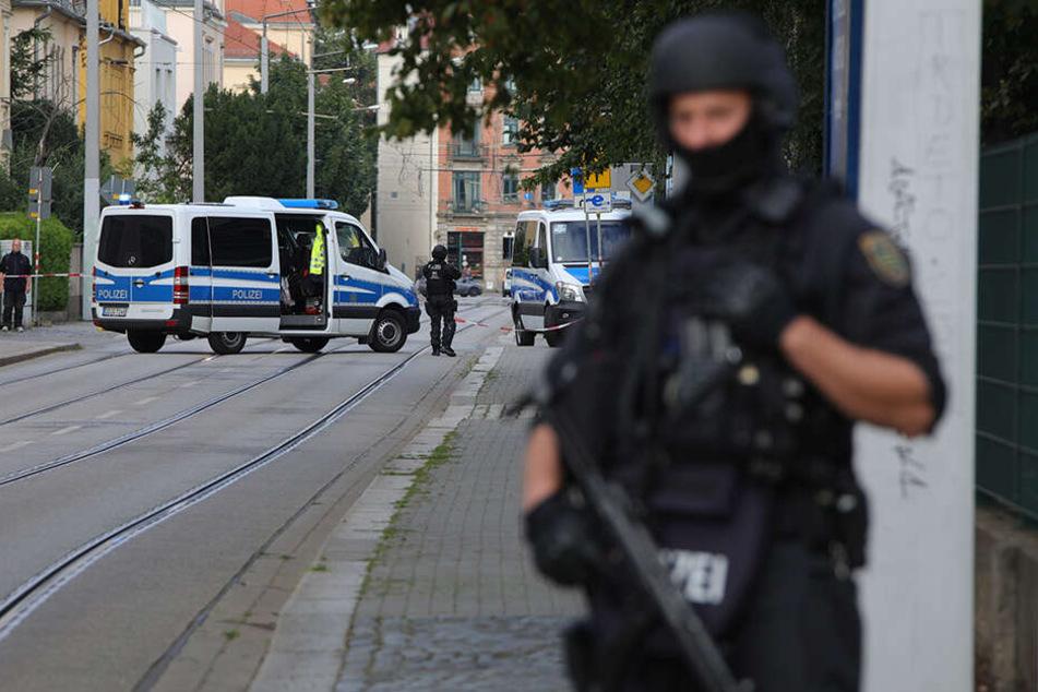 In Dresden hat die Polizei einen bewaffneten Mann niedergeschossen.