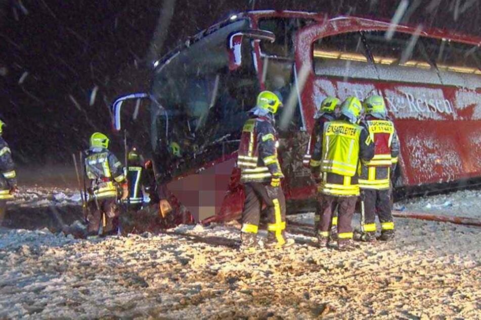 Bei Cunersdorf (Annaberg-Buchholz) kippte dieser Reisebus in den Graben.