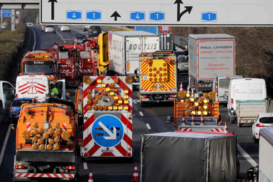 Mann nach Lkw-Crash auf A4 schwer verletzt: Ausgelaufener Diesel sorgt für Staus