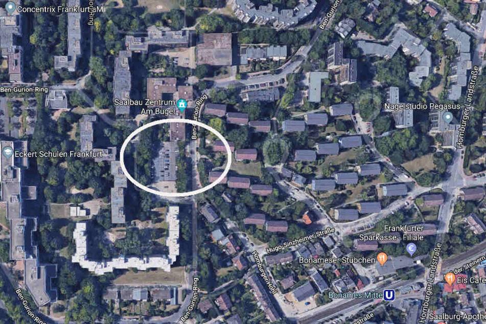 """Im Bereich des Parkdecks am Zentrum """"Am Bügel"""" trat der Täter plötzlich hinter einem Baum hervor und schlug auf sein Opfer ein."""