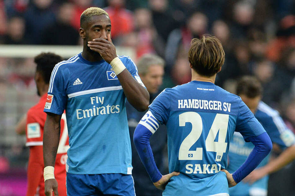 Die HSV-Spieler Johan Djourou (l.) und Gotoku Sakai sind nach der 0:8-Niederlage fassungslos.