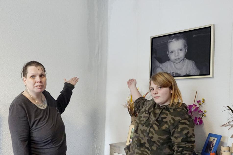 Putzen statt Plätzchen an Weihnachten: Beate Brauer (45) und Tochter Lea Busse (15) ärgern sich über den Wasserschaden.