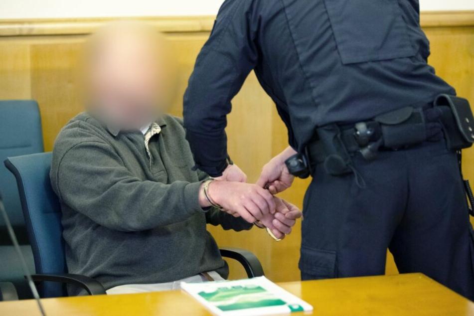 Mit Handschellen wurde der Angeklagte in den Gerichtssaal geführt.