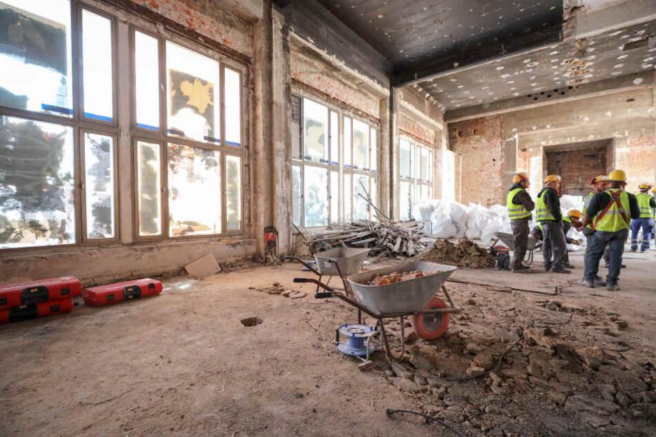 Bauarbeiter besprechen die nächsten Schritte in Deutschlands ehemals luxuriösestem Hotel. Ende 2020 soll es fertiggestellt werden.