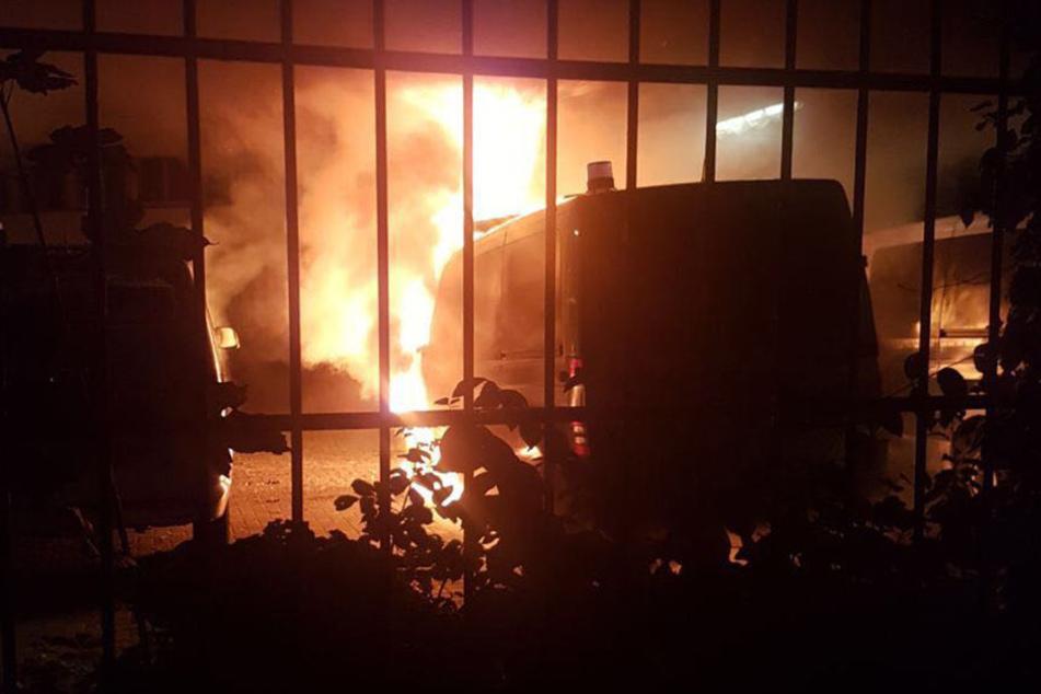 In der Nacht zu Dienstag hat es bei der Polizei in Bielefeld gebrannt. Mehrere Einsatzfahrzeuge sind betroffen.