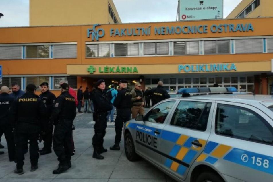 Beamten stehen vor dem Krankenhaus in Ostrava.