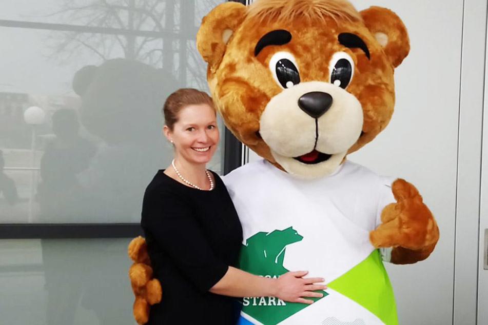 """Romina Barth (34), Oberbürgermeisterin von Torgau, posiert mit dem Maskottchen des diesjährigen """"Tag der Sachsen""""."""
