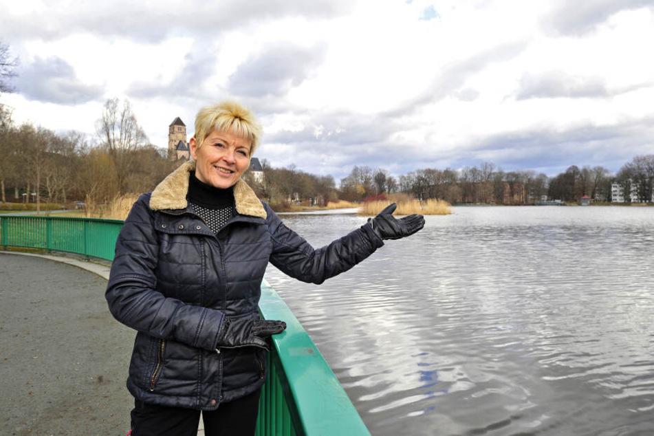 Veronika Leonhardt (61) erzählt Anekdoten über den Schlossteich, der einst als öffentliche Badewanne galt.