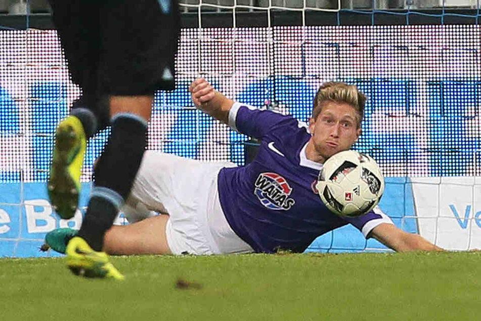 Der Foto-Beweis! Sebastian Hertner spielte den Ball nicht mit der Hand oder dem Arm, sondern köpfte ihn vor der Linie weg.