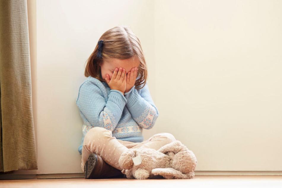 Mit nur sechs Jahren soll das Mädchen zum ersten Mal missbraucht worden sein. (Symbolbild)