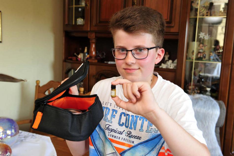Der 13-Jährige leidet an einer seltenen Krankheit, der Kälte-Allergie. Ohne sein Notfallset geht er nicht aus dem Haus.