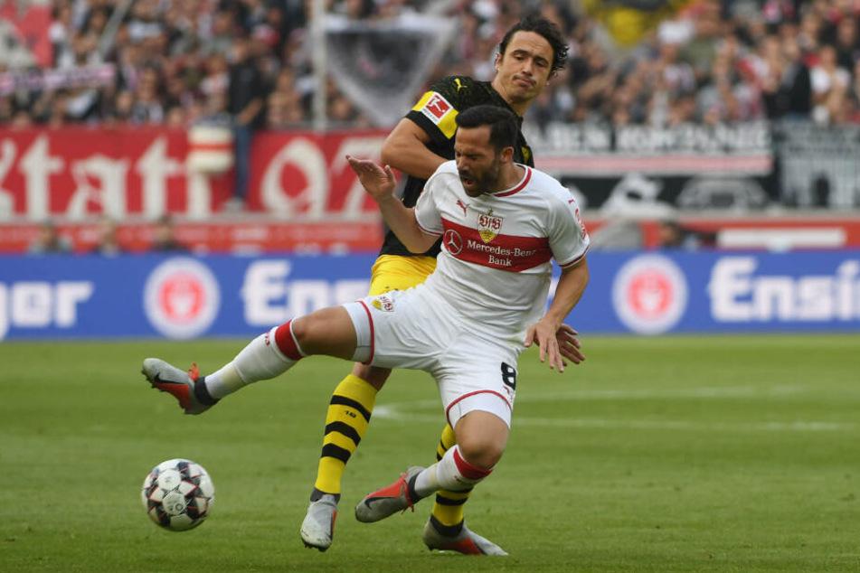 Im Duell gegen seinen Ex-Verein BVB: Gonzalo Castro wird von Dortmunds Thomas Delaney gelegt.