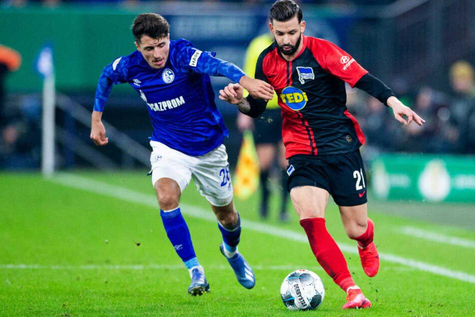Herthas Marvin Plattenhardt (r) im Zweikampf mit Schalkes Alessandro Schöpf (l).