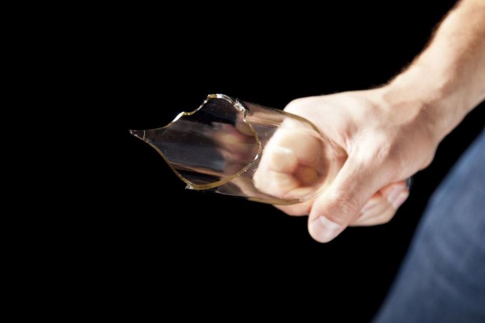 Der Algerier war erst mit einer abgebrochenen Glasflasche auf den Zugbegleiter losgegangen. (Symbolbild)