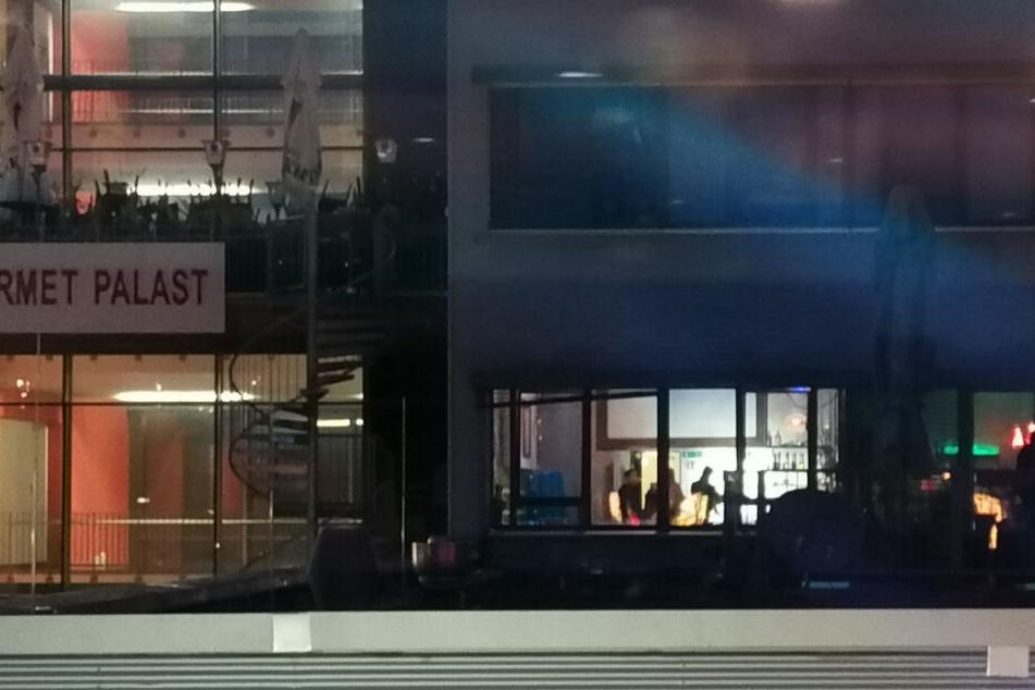 In diesem Gebäude wurden zwei Fenster zerschossen.