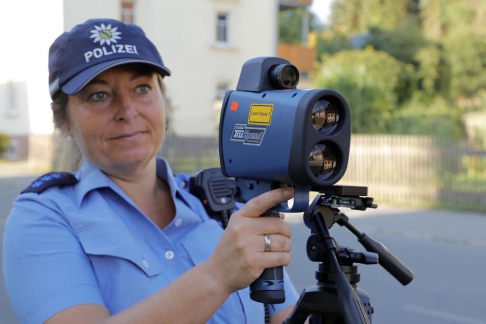 Polizeiobermeisterin Kati Blachut kontrollierte am Montag in Adelsberg. Vorbildlich: Alle Autofahrer hielten sich hier an die 30 km/h-Grenze.