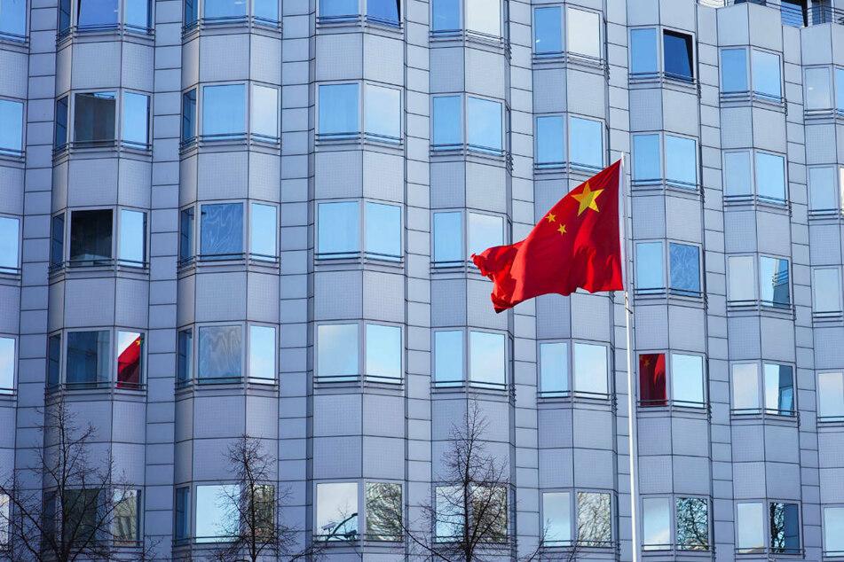 Die Flagge von China weht vor der chinesischen Botschaft in Berlin. Am Mittwochmorgen hat ein 42-Jähriger mehrere Brandsätze über den Zaun auf das Gelände der Botschaft geworfen.