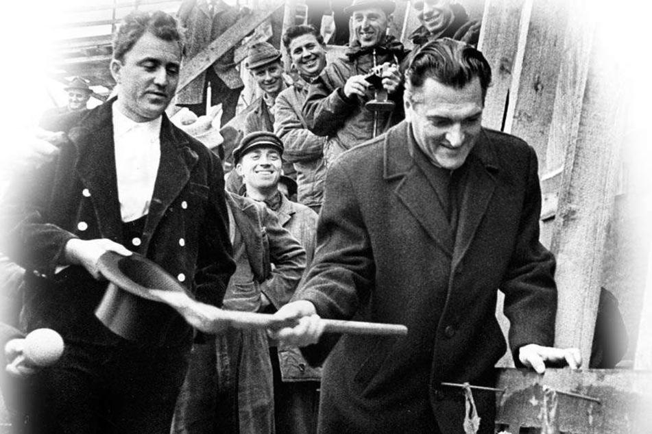 Der damalige Bürgermeister Gerhard Schill (1925 bis 2000) klopfte 1968 den letzten Nagel ins Gebälk der Dachverkleidung.