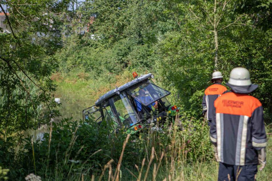 Der Traktor rolle unvermittelt los und riss den Mann mit ins Wasser.