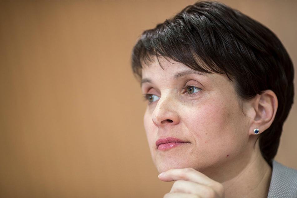 AfD-Chefin Frauke Petry kommt mit ihrem Ehemann nach Bielefeld.