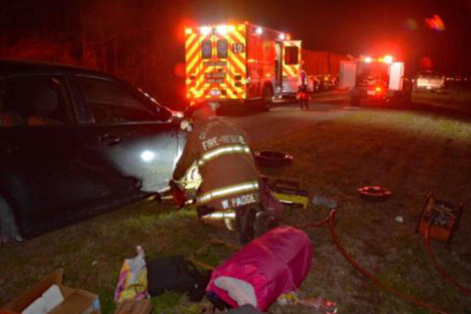 Die Feuerwehrleute vor Ort haben sich um die Frau und das Pannenfahrzeug gekümmert.