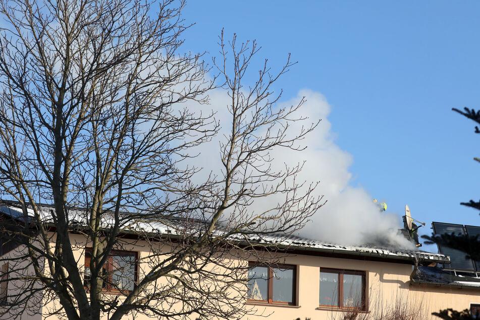 Brand in Einfamilienhaus: Dach muss teilweise aufgeschlagen werden