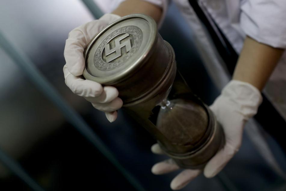 Mehrere Nazi-Devotionalen wurden jetzt in Buenos Aires beschlagnahmt, darunter auch diese Sanduhr mit Hakenkreuz.