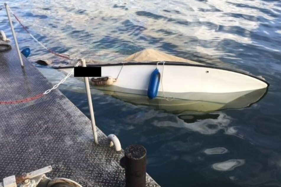 Die Freiwillige Feuerwehr Bingen zog das mit Wasser vollgelaufene Boot an Land.