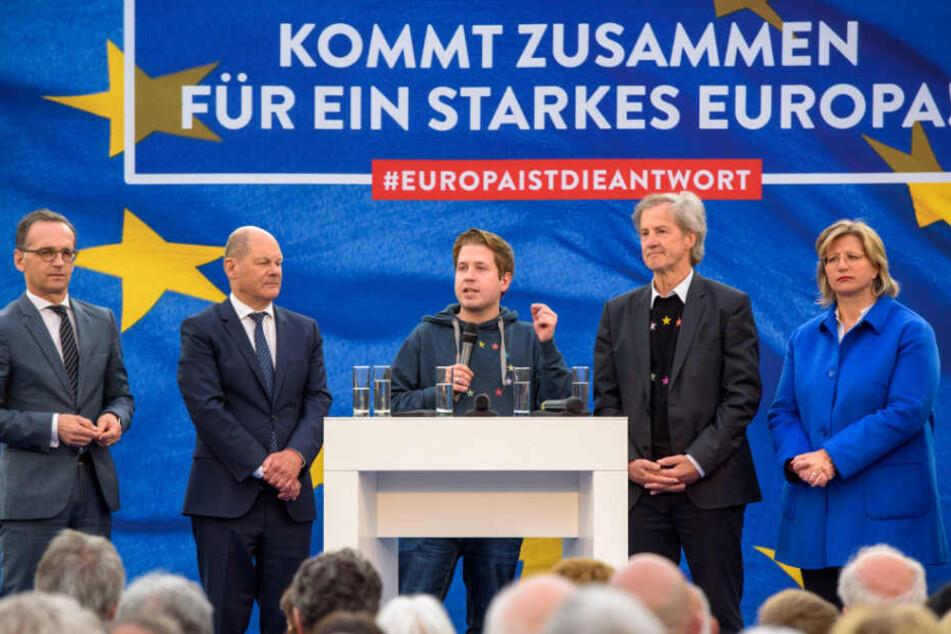 Kevin Kühnert (Mitte) spricht beim bundesweiten Auftakt des SPD-Europawahlkampfs.