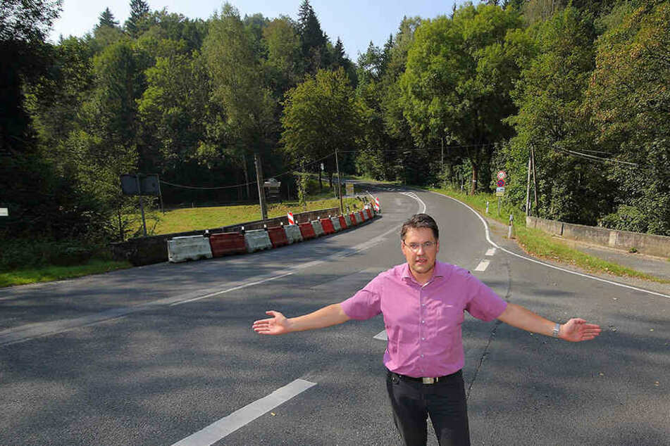 Hohnsteins Bürgermeister Daniel Brade (35,SPD) fordert die Sperrung der Serpentine bergaufwärts für Motorradfahrer.
