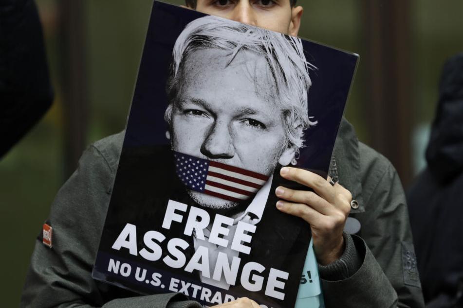 Sorge um Julian Assange: Vater in Köln erwartet