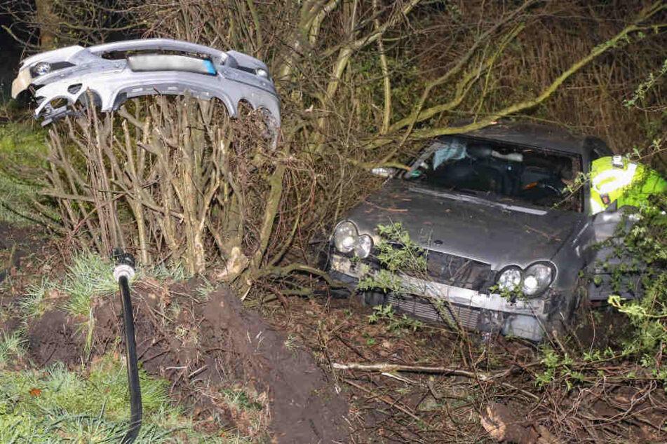 Der Mercedes fand sich im Gebüsch wieder. Der Frontflügel hing auf einem Strauch.
